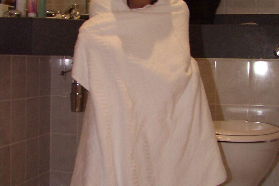 Süßes Girl in Handtuch eignewickelt